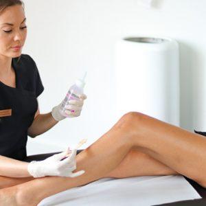 Sygeplejerske fjerner hår på benene af dame