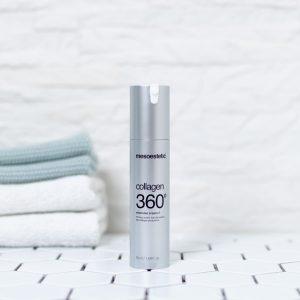 beholder med collagen 360 creme på et badeværelse med håndklæder i baggrunden