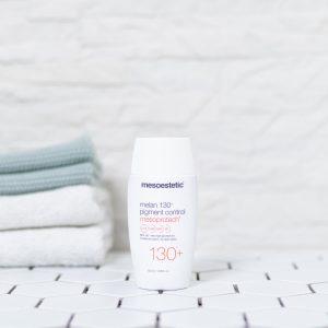 tuben med light water solbeskyttelse spf 130 creme på et badeværelse med håndklæder i baggrunden