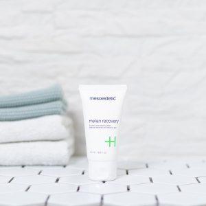 tube med melan recovery creme på et badeværelse med håndklæder i baggrunden