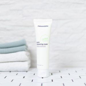 tuben med pure renewing creme på et badeværelse med håndklæder i baggrunden