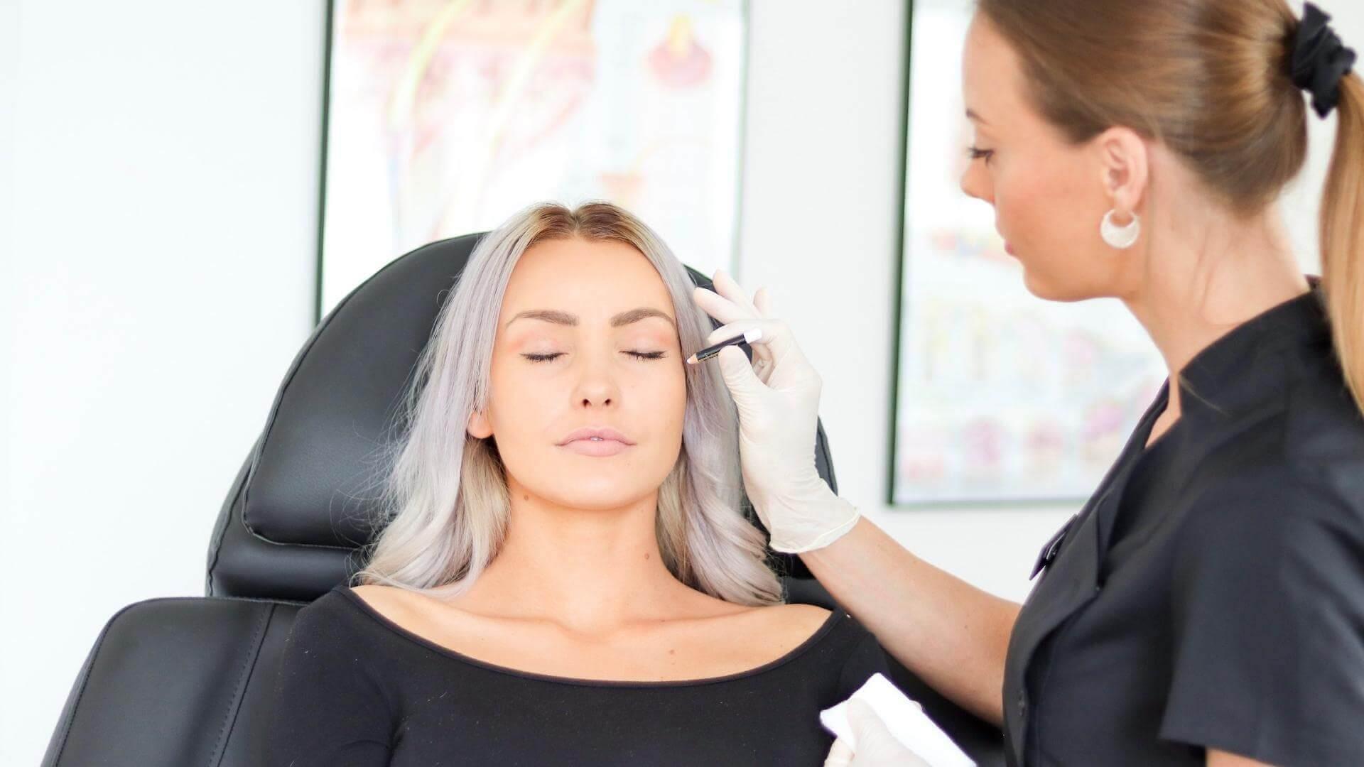 kosmetisk sygeplejerske behandler ung smuk pige